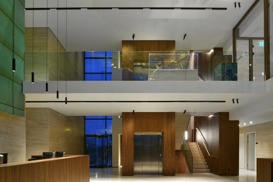 kreon holon pendant and kreon holon surface mounted integrated in the entrance hall of an office.
